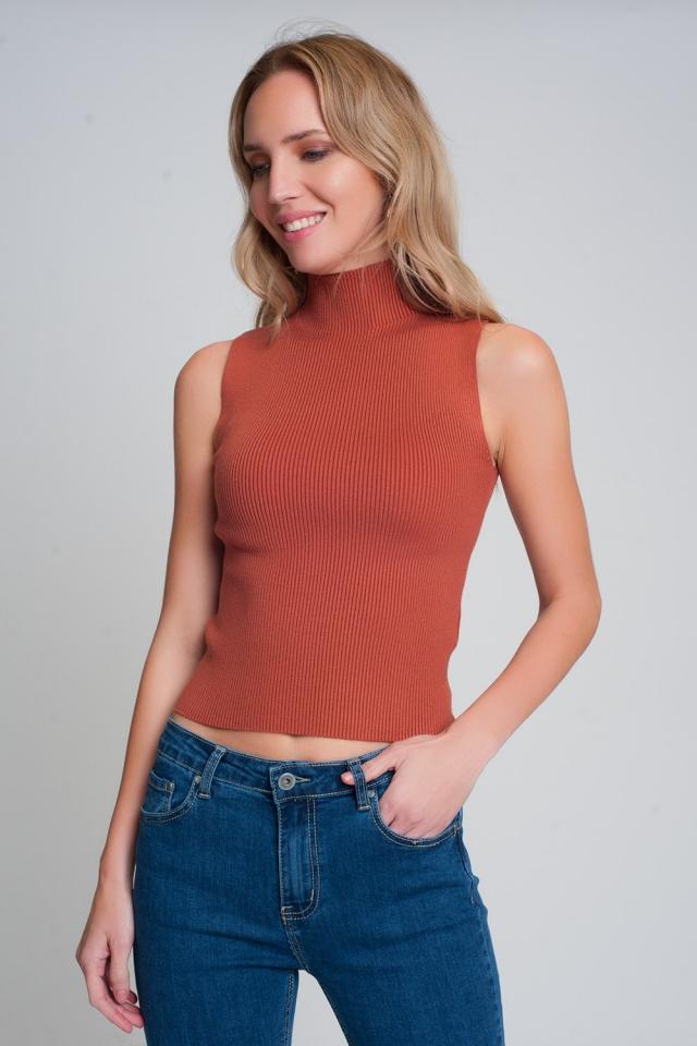 Maglione senza maniche in maglia a coste con collo alto color cammello