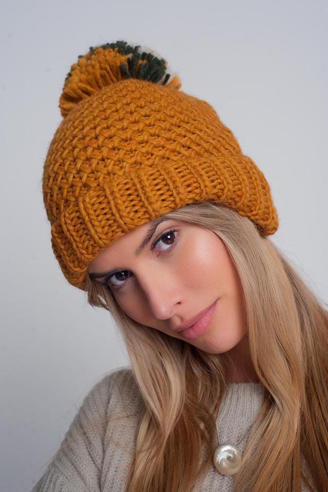 Cappello testurizzato in maglia con pompon in filato senape