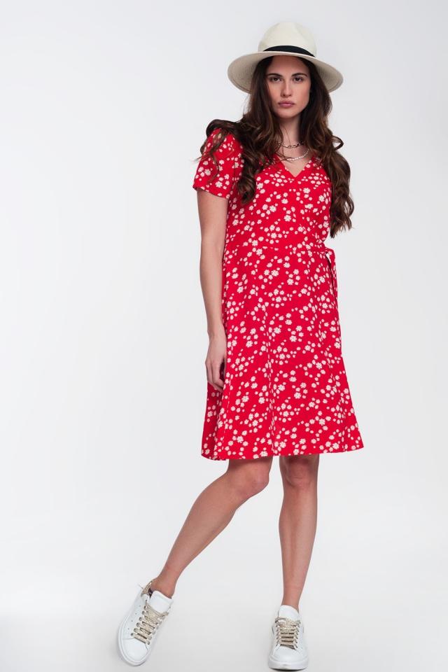 Vestito corto a portafoglio con stampa di margherite in rosso