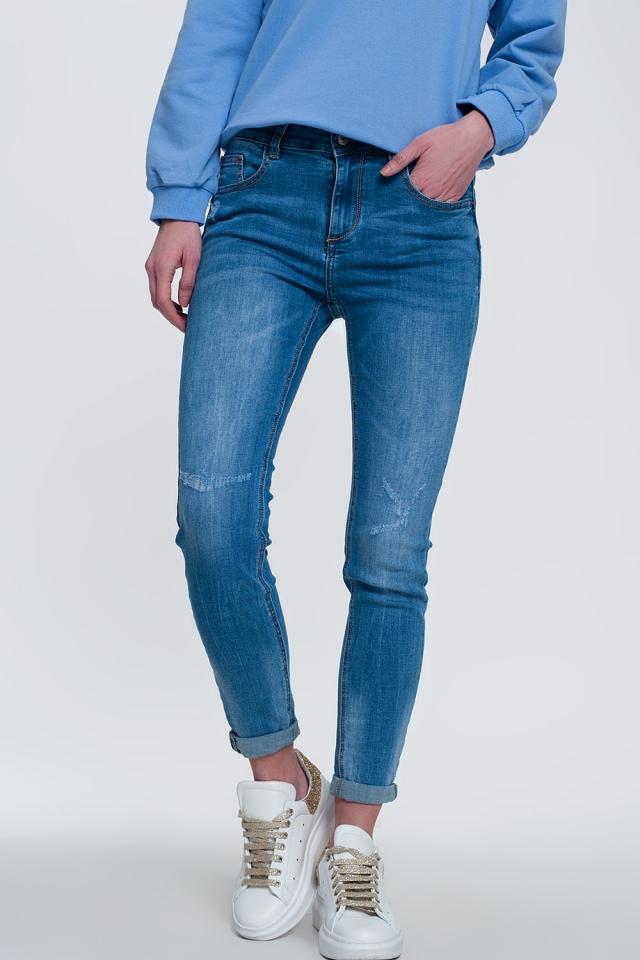 jeans skinny in denim chiaro con caviglie piegate e dettaglio strappato