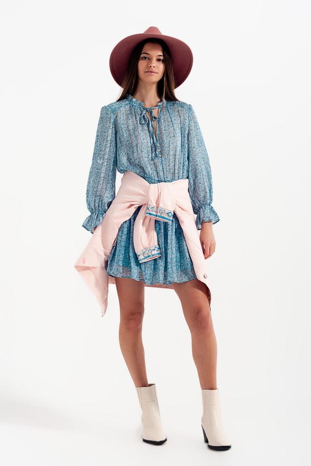 Vestito corto turchese con gonna arricciata e dettaglio con apertura a goccia