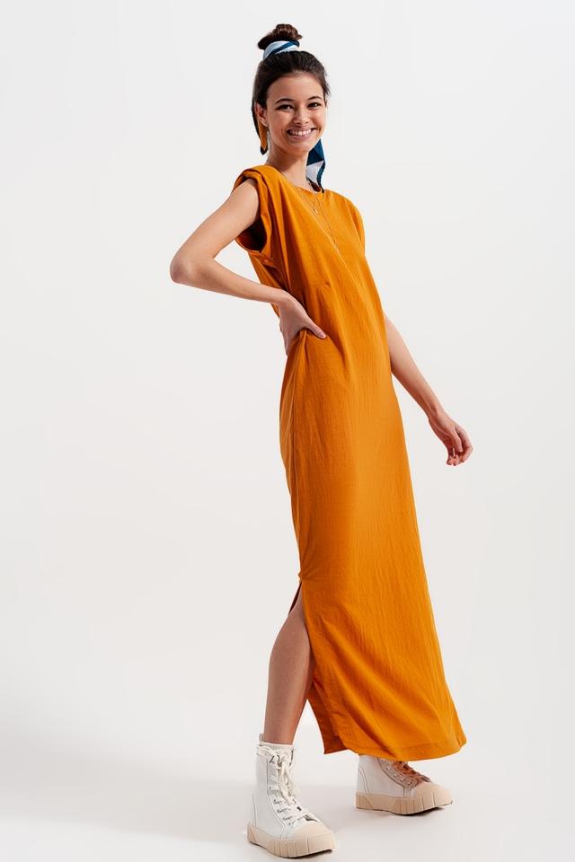 Vestito al polpaccio con spalline imbottite in arancione