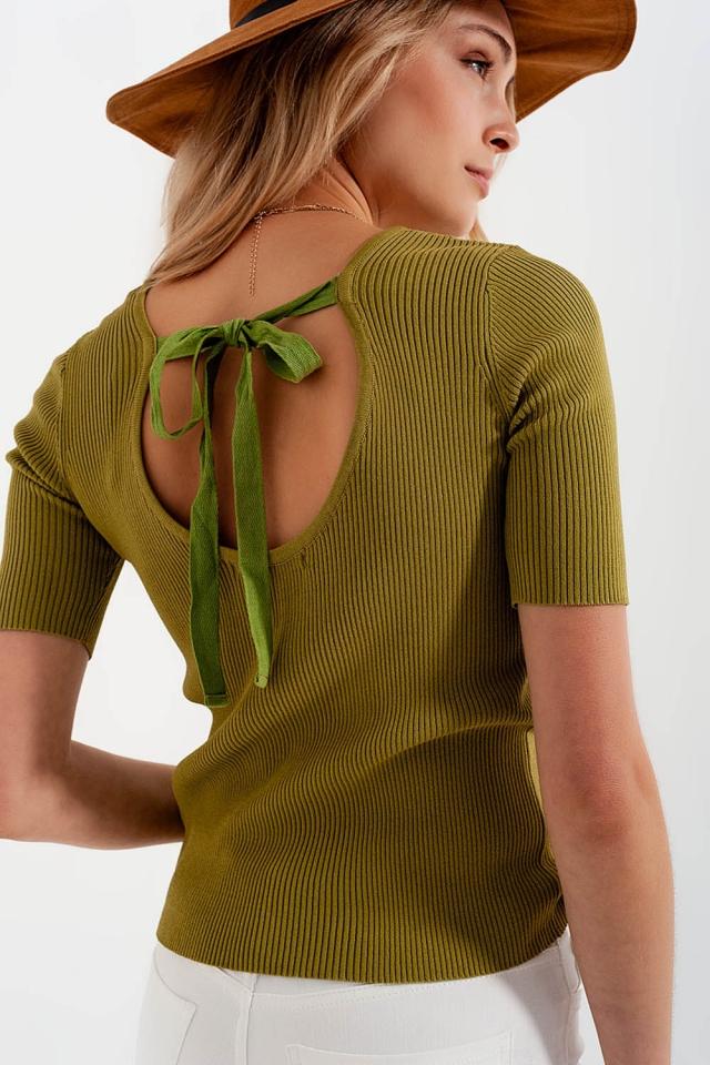 Maglione verde lavorato con nodo sul retro