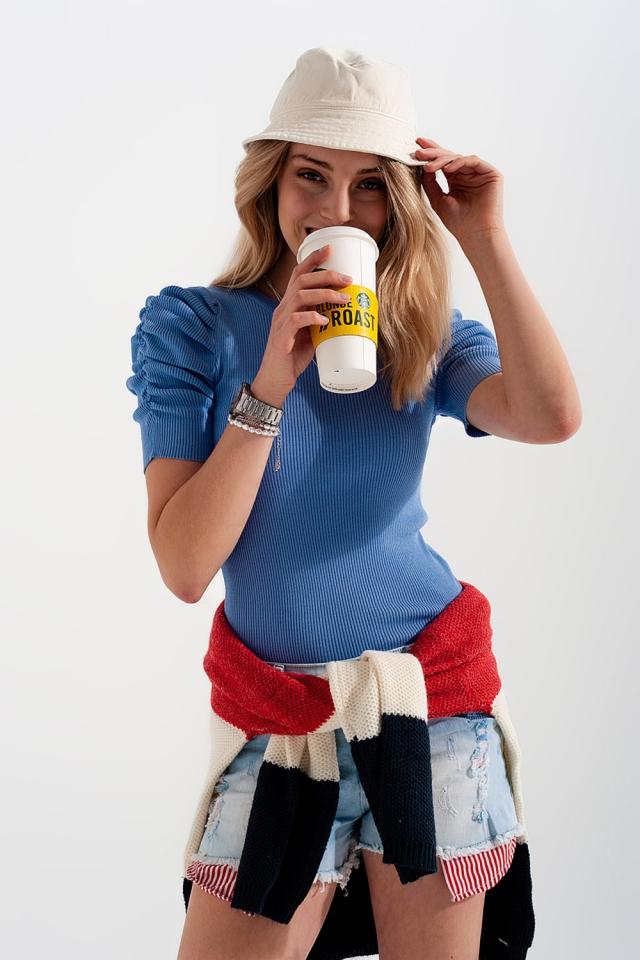 Top in maglia blu con maniche a palloncino