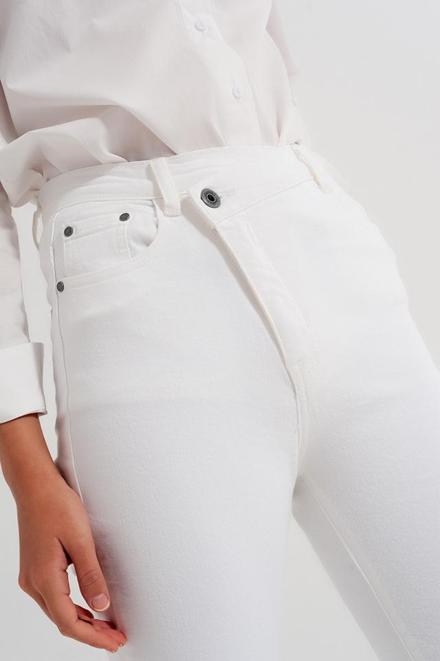 Jeans slim con cerniera asimmetrica e bottone crema
