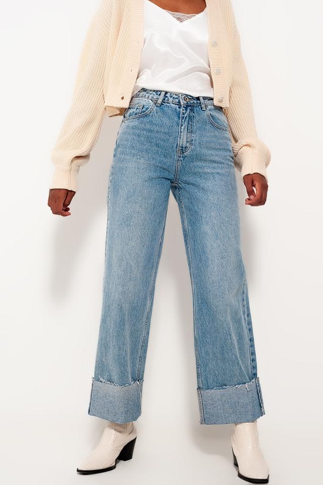 Jeans dritti comodi lavaggio candeggiato con risvolti