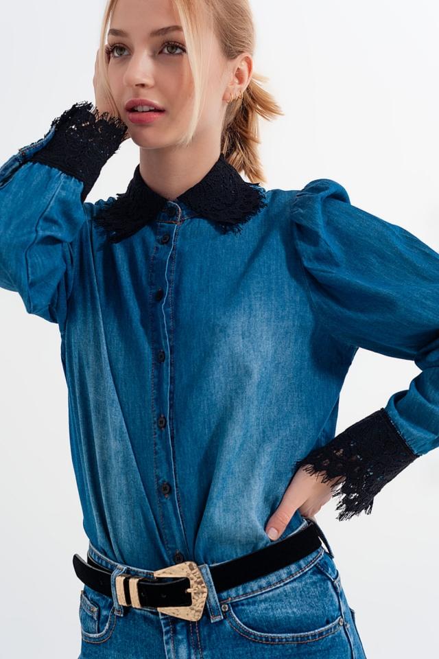 Camicia in denim blu con maniche a sbuffo e dettagli in pizzo
