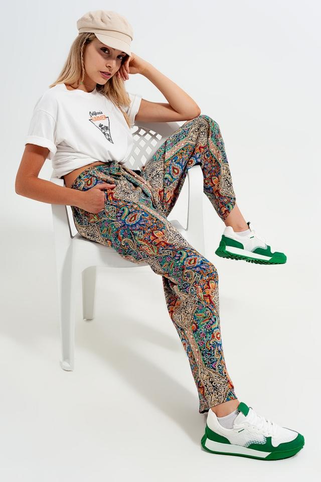 Pantaloni con fondo ampio in raso verde con foglie jacquard